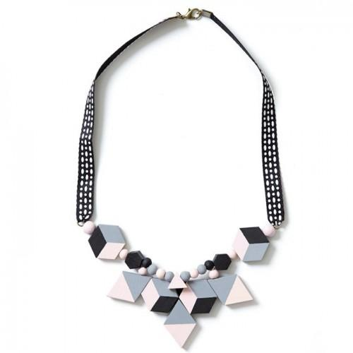 7 diamond-shaped wood beads 30 mm