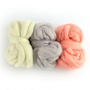 3 pelotes de laine 5 m - blanc cassé, gris pâle, corail
