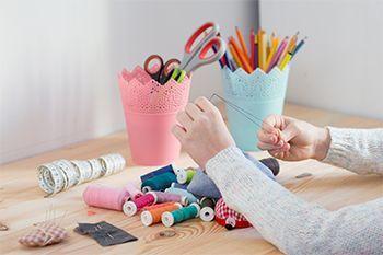 Kurzwaren - Perlen, gemusterte Bänder und Spulen